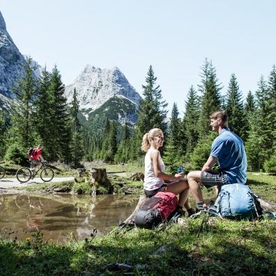 Wanderer und Mountainbiker